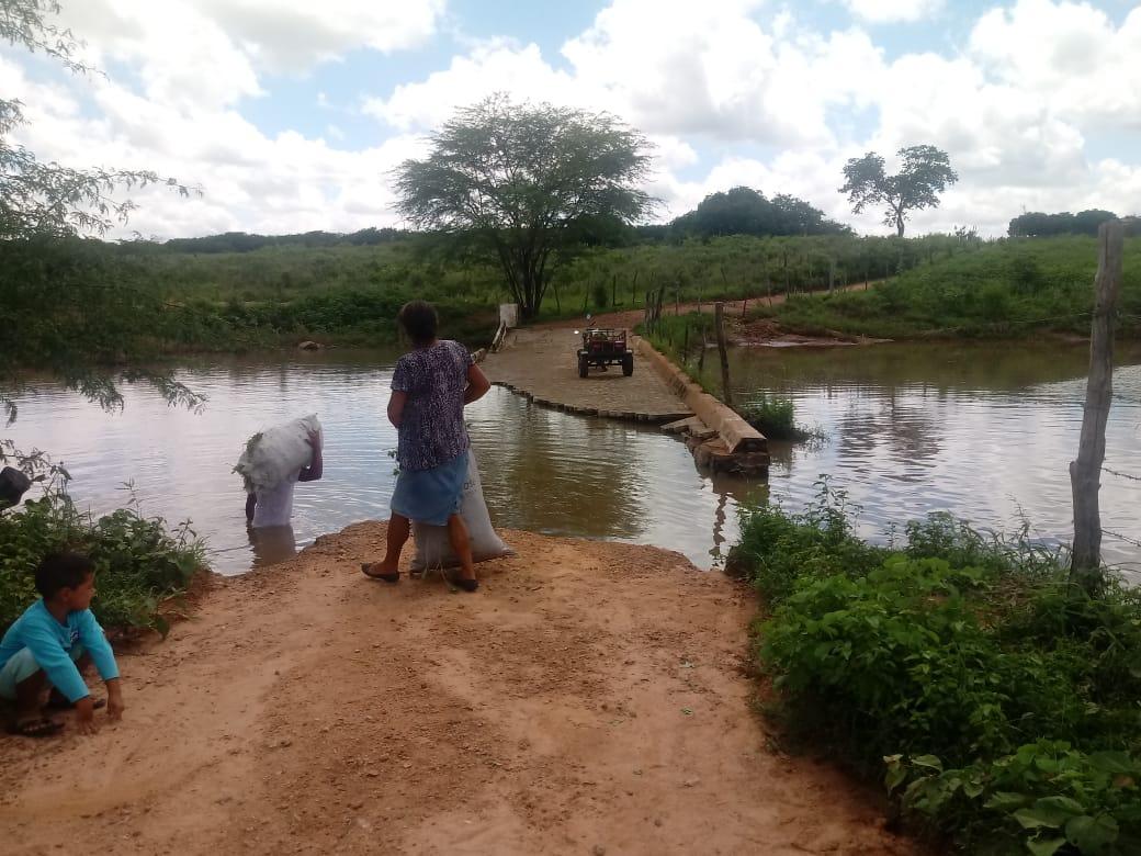 Mulheres perdem seus roçados e algumas ficam ilhadas na zona rural do Pajeú